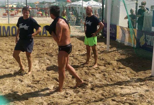 Prima della presentazione, Renzi gioca a beach volley (foto Corelli)
