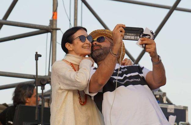 Selfie sul palco per Carla Fracci e Luca Tommassini prima dello spettacolo (Sarah Esposito/Fotocronache Germogli)