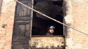 I vigli del fuoco sgombrano le macerie della casa incendiata (Foto Businesspress)