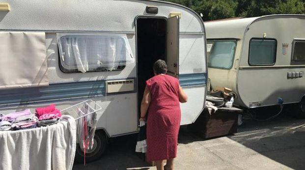 Un'anziana entra nella roulotte a Castelsantangelo