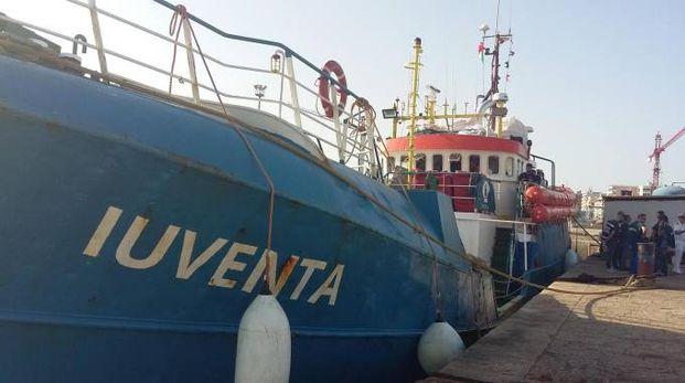 Arrivata nel porto di Trapani la nave Iuventa della Ong tedesca Jugend Rettet (Ansa)