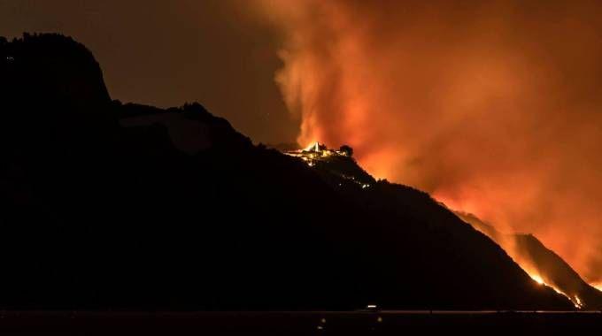 Le fiamme nella notte hanno minacciato da molto vicino l'abitato di Fiorenzuola di Focara (Foto Massimo Morreale)