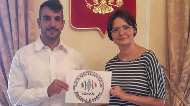 Ivan Greco con il viceconsole della Federazione Russa, Elena Zakharevich, e lo Sputnik 1