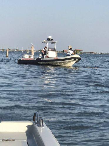 Un motoscafo è passato ad alta velocità e potrebbe aver sollevato  un'onda evidentemente troppo forte per la piccola imbarcazione (Foto Moretto)