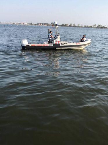 La capitaneria di porto è arrivata sul luogo della tragedia con un'imbarcazione. Si sono subito dati da fare, in attesa di rinforzi (Foto Moretto)