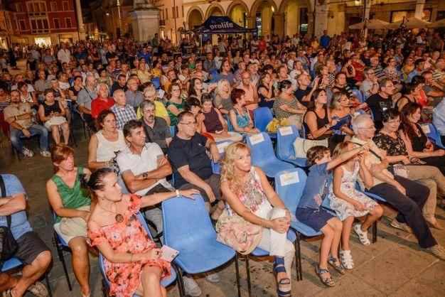 Folto pubblico in piazza Vittorio Emanuele II (foto Donzelli)