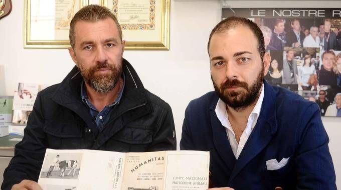 Davide Tuzzi di Securiteam e l'avvocato Simone Bianchi mostrano la pistola con cui potrebbe essere stato ucciso Willy