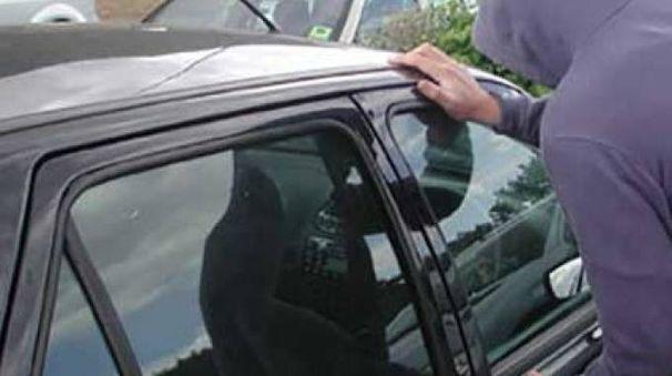 Lo sconosciuto ha fermato l'auto del turista in via Varisco, sostenendo di essere un carabiniere e prendendolo a schiaffi, ma alla richiesta di mostrare il tesserino ha arraffato dei soldi  ed è scappato