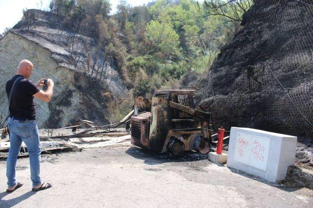 Il cantiere per i lavori anti frana distrutto dalle fiamme