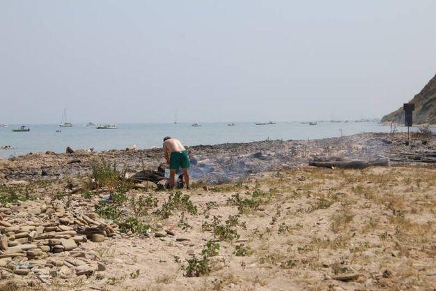 I bagnanti sulla spiaggia di Fiorenzuola spengono gli ultimi fuochi