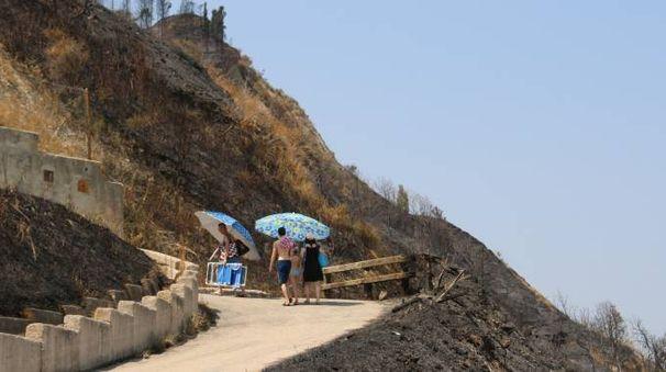 Bagnanti in ritirata dalla spiaggia di Fiorenzuola dopo la minaccia di multe