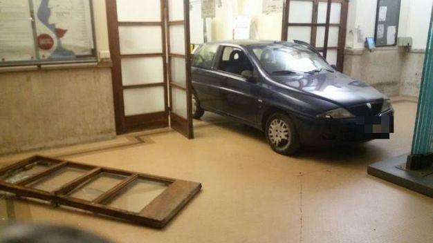 L'auto nell'atrio del Comune di Pontedera