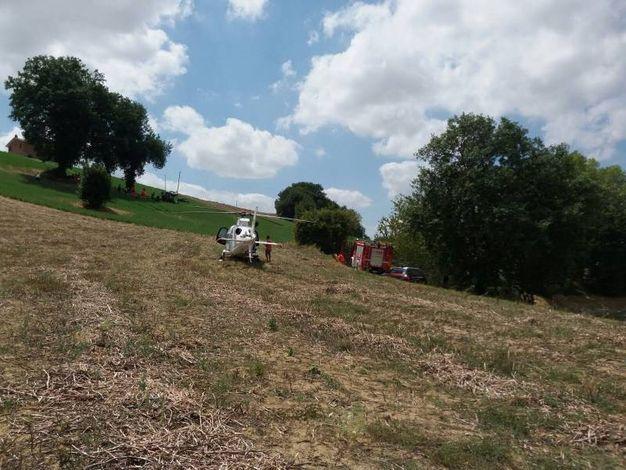 A causa del pendio del terreno il mezzo si è ribaltato (Foto Zeppilli)