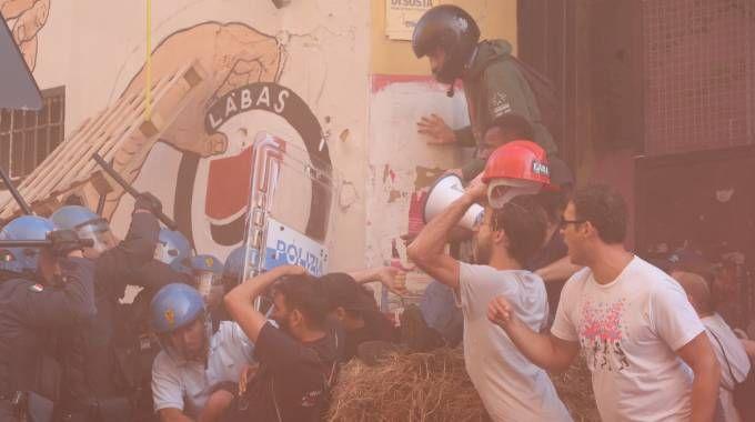 Sgombero di Làbas, momenti di tensione in via Orfeo (foto Schicchi)