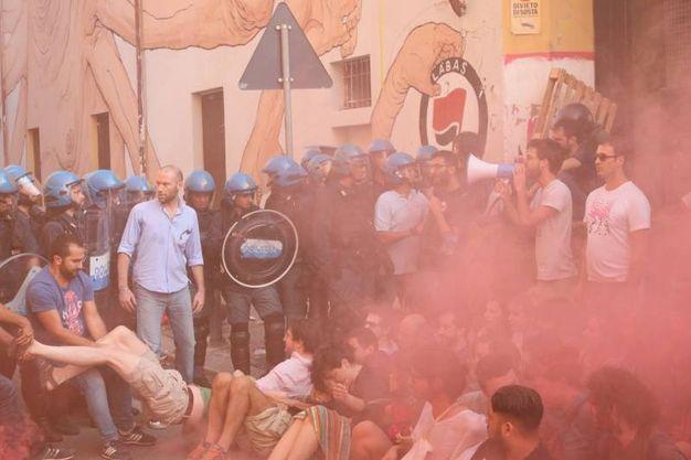 Si fronteggiano le forze dell'ordine e gli attivisti (foto Schicchi)
