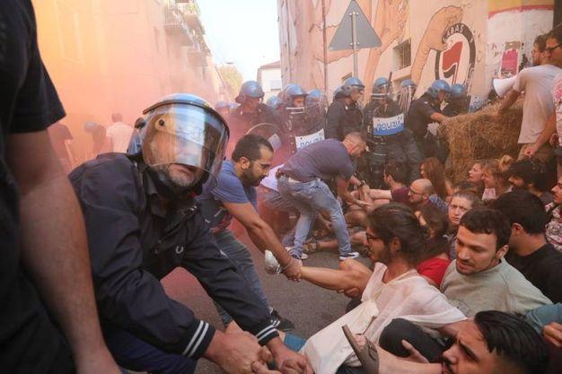 Tensione tra attivisti e polizia (foto Schicchi)
