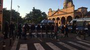 Le forze dell'ordine schierate in assetto antisommossa (foto Schicchi)
