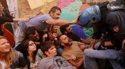 Gli attivisti hanno tentato di evitare lo sgombero (Schicchi)