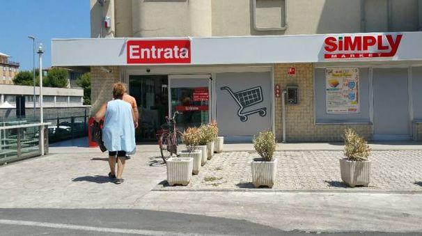 L'entrata del supermercato rapinato all'ora di pranzo (foto Zeppilli)