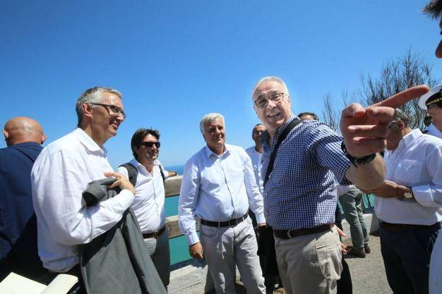A Casteldimezzo, Baffioni, titolare della taverna del pescatore, col ministro Galletti (Fotoprint)