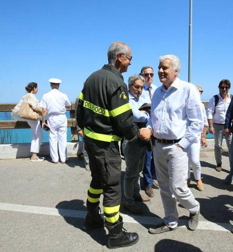 Il ministro Galletti col comandante provinciale dei Vigili del Fuoco, Dino Poggiali (Fotoprint)
