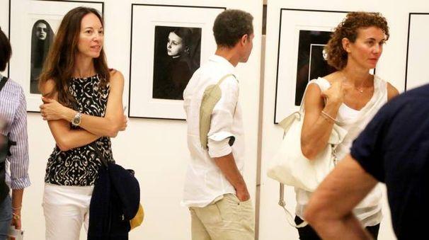 GALLERIA Un'esposizione di ritratti in bianco e nero durante l'edizione dell'anno scorso del festival