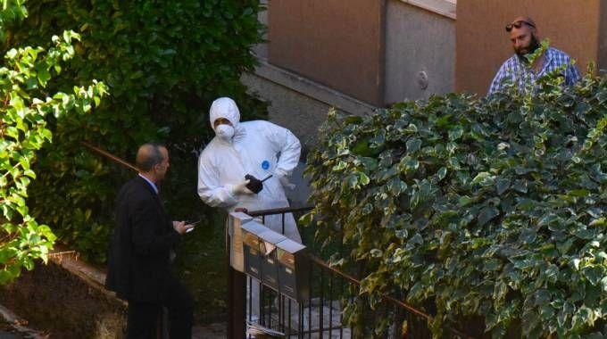 Gli inquirenti e la scientifica fuori dalla casa del delitto