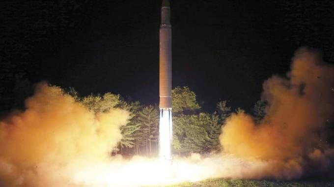 Un missile in una foto diffusa dal governo della Corea del Nord (Ansa)