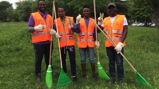 Un gruppo di profughi che partecipano alle iniziative di pulizia delle aree verdi cesenati