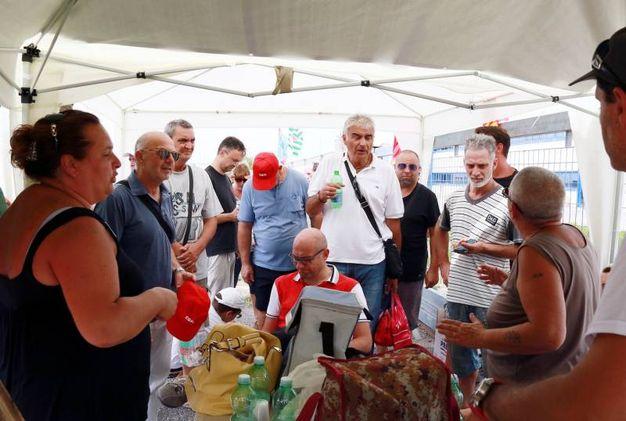 Pontedera, il picchetto degli operai della Tmm (foto Gianni Nucci/Germogli)