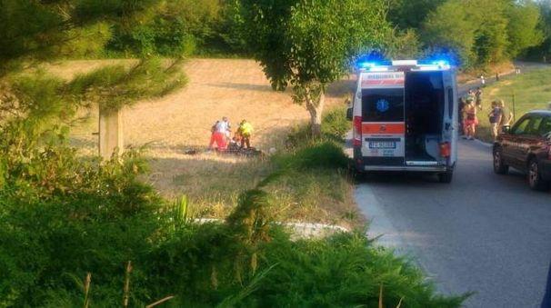 L'ambulanza mentre soccorre il giovane profugo (Foto Zeppilli)