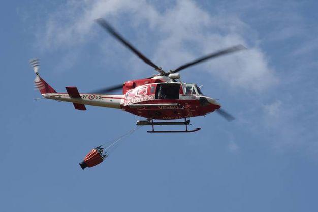 L'elicottero dei vigili del fuoco (foto Walter Bellisi)