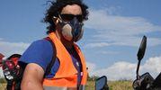 Un pompiere al lavoro con la maschera (foto Walter Bellisi)