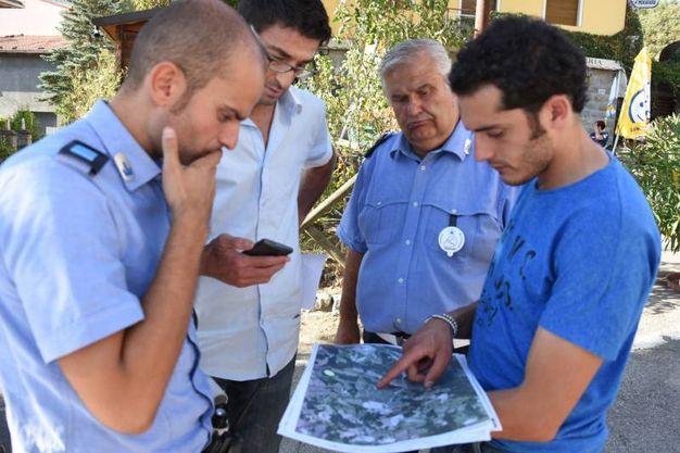 Si consulta la cartina per capire la vastità dell'incendio (foto Walter Bellisi)