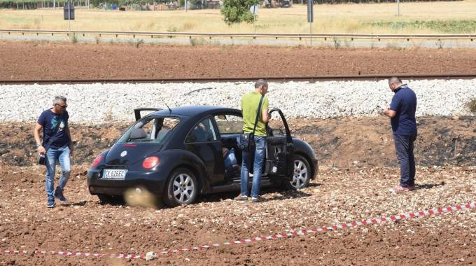 Foggia, una delle auto colpite nell'agguato (Ansa)