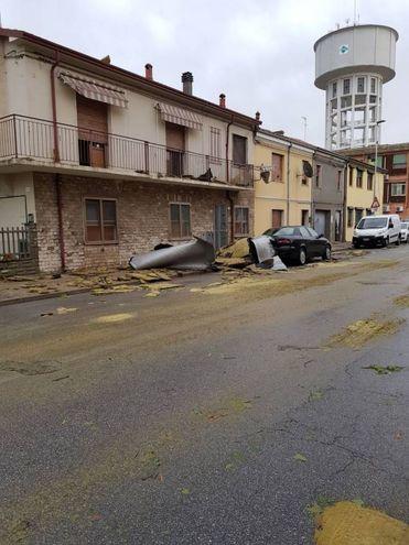 Tetti scoperchiati e danni (foto Castagnoli)