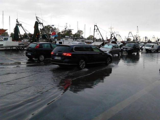 L'acqua corre sulle strade (foto Cinti)