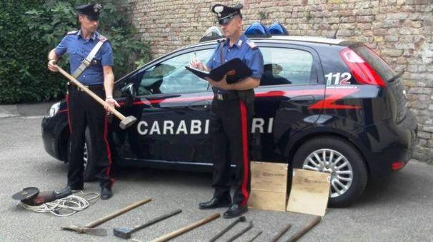 Il kit del ladro ritrovato sulla vettura rubata