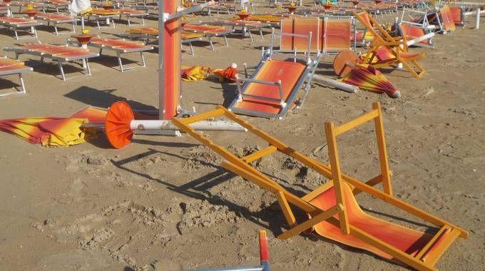 Porto San Giorgio, baby gang in azione sulla spiaggia