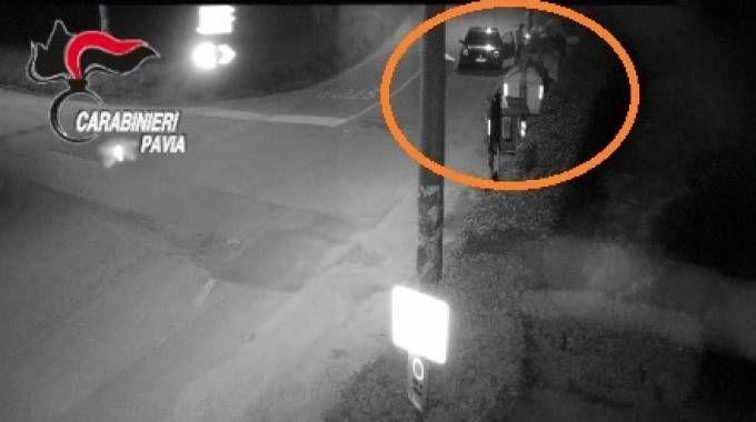 Il video dei carabinieri che mostra il vigile incendiario in azione