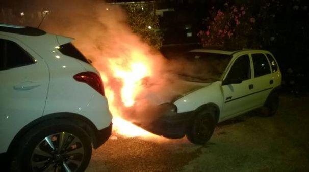 L'auto ha preso fuoco forse per un guasto elettrico