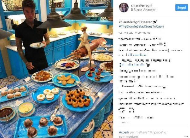 Fedez versione goloso alle prese con una tavola imbandita (Instagram)