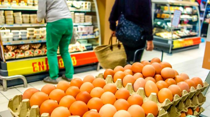 Uova in vendita in un supermercato francese (Afp)