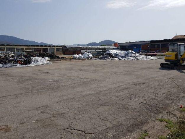 L'inizio dei lavori di pulizia della piazza con la recinzione del cantiere