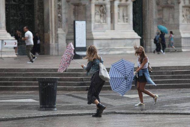 Forte vento e pioggia a Milano (Lapresse)