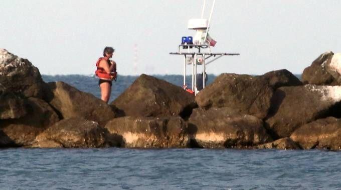SOCCORSI Sopra guardia costiera e vigili del fuoco intenti nelle ricerche del subacqueo (foto Ravaglia)
