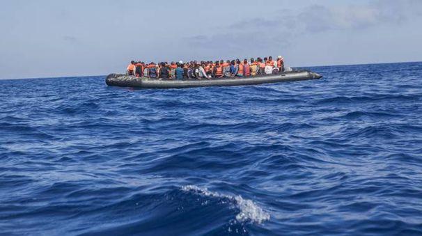 Migranti in mare (Ansa)