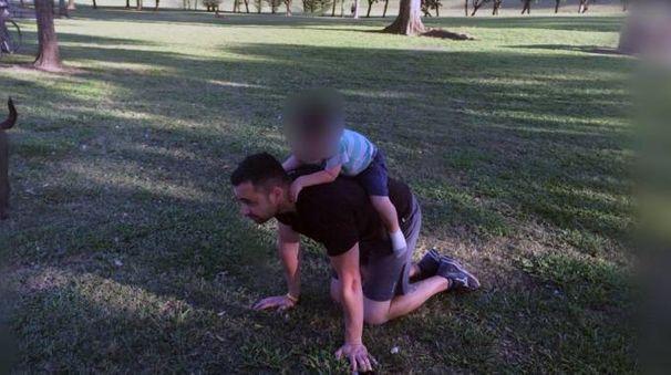 Stefano Cappiello gioca con Baby J.