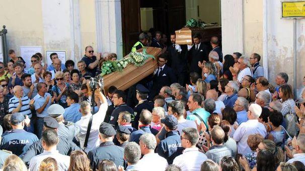 I funerali di Luigi e Aurelio Luciani, i contadini uccisi dai killer (Lapresse)