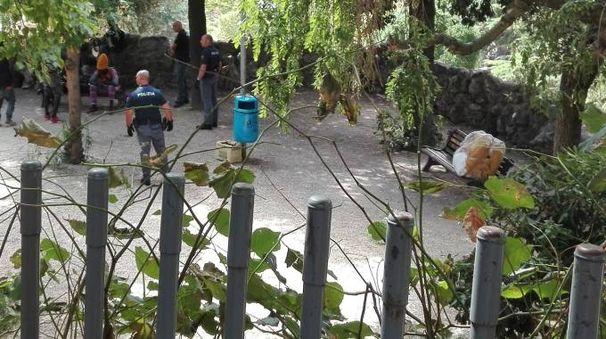 La polizia nel piccolo spazio verde sotto piazza Garibaldi